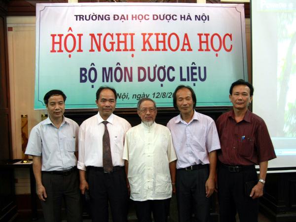 Thầy Long chụp ảnh với các thầy trong bộ môn Dược liệu
